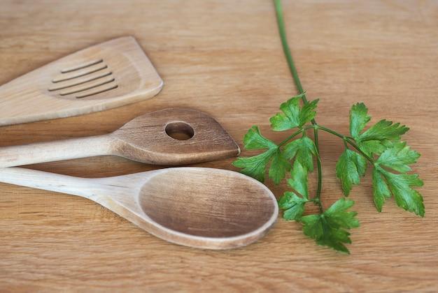 Espátulas de madeira de cozinha em superfície de madeira utensílios de cozinha