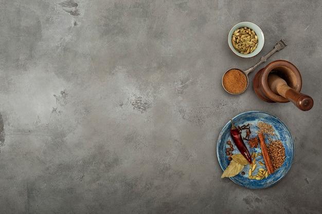 Especiais coloridos na mesa. pó indiano garam masala e seus ingredientes especiarias coloridas