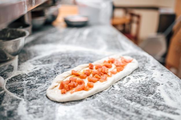 Especialidades alimentares macedonianas cruas. pizza macedônia.