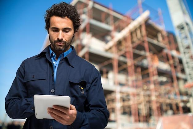 Especialista em construção usando um computador tablet