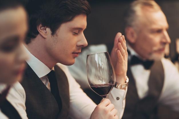 Especialista em degustação profissional em vinificação.