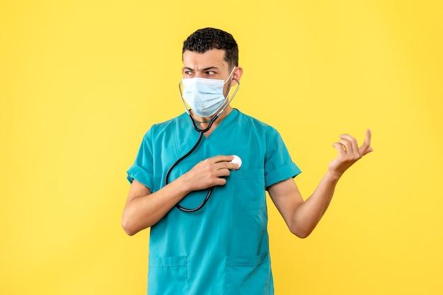 Especialista em doenças infecciosas, vista lateral, um médico com estetoscópio na máscara médica