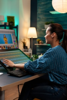 Especialista em edição de fotos trabalhando como designer gráfico no escritório