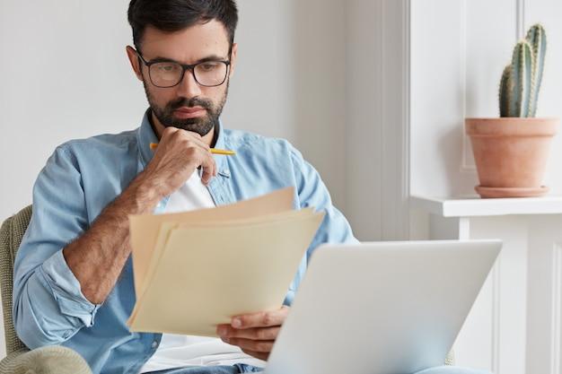Especialista em informática profissional trabalhando em casa