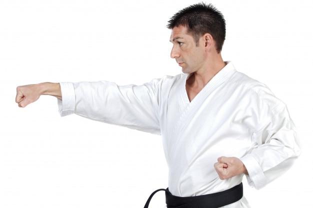 Especialista em karatê faixa preta com postura de luta