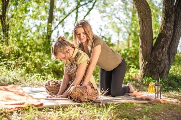 Especialista em massagens demonstra métodos de massagem refrescantes na floresta