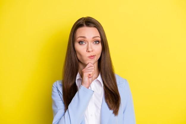 Especialista em negócios, escolha a escolha do conceito de mente senhora toque no queixo mão olhar na câmera pense empresa solução de trabalho usar terno azul isolado sobre fundo de cor brilhante