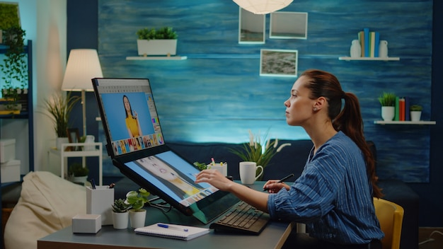 Especialista em retoque usando software de edição de imagem em estúdio fotográfico