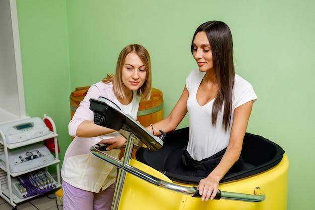 Especialista em salão de spa e mulher durante treinamento a vácuo
