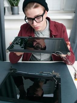 Especialista examinando novos monitores de laptop