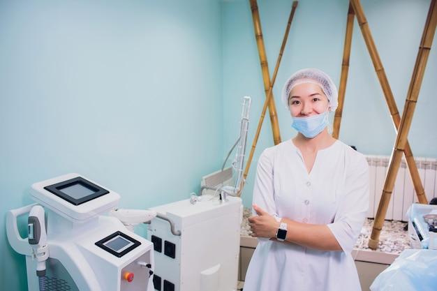 Especialista mantém peça de mão para depilação nas mãos para procedimento cosmético