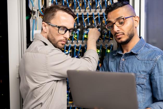 Especialistas em servidores testando o sistema de rede