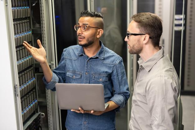 Especialistas em suporte de servidor discutindo o problema do supercomputador