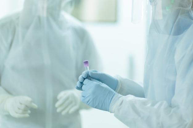 Especialistas estão preparando a coleta de amostras para diagnóstico