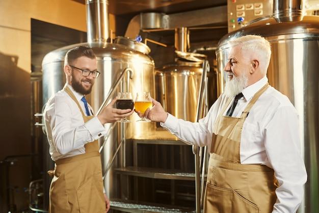 Especialistas examinando cerveja