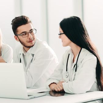 Especialistas médicos discutindo informações online