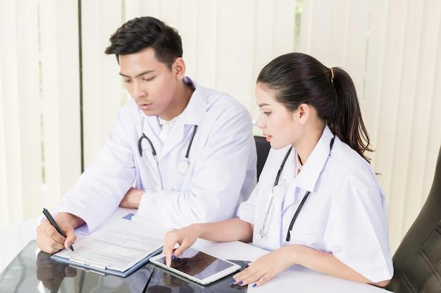Especialistas médicos examinando exames médicos