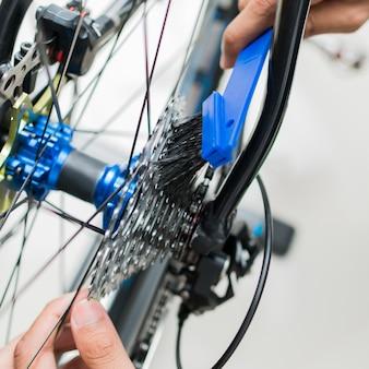 Especialização técnica cuidando de uma loja de bicicletas de engrenagem