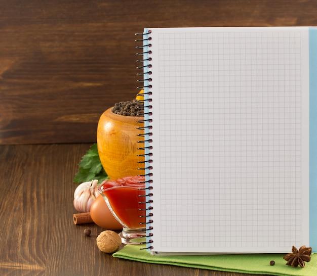 Especiaria alimentar e livro de receitas na madeira