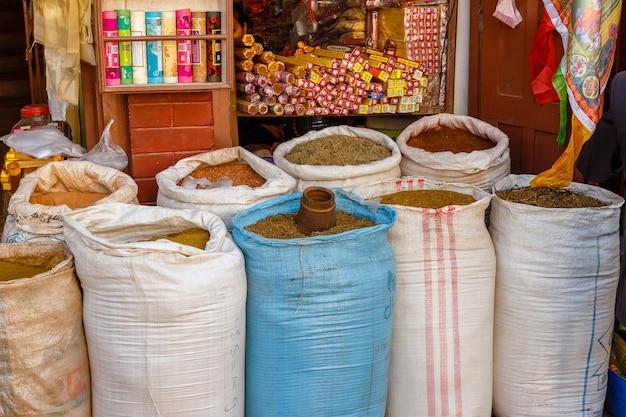 Especiarias à venda em sacolas no mercado de kathmandu