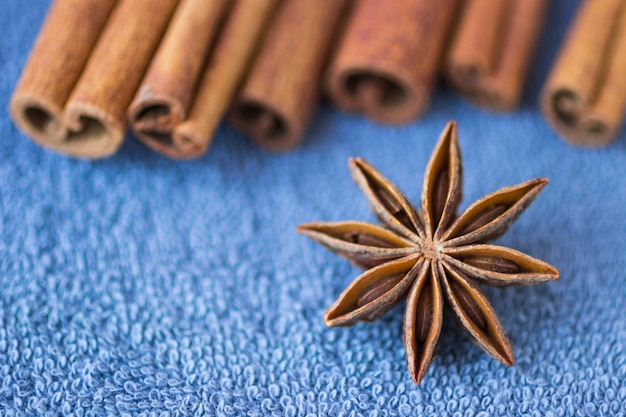 Especiarias: anis estrelado e paus de canela na mesa azul. fechar-se. borrão