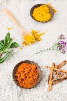 Especiarias aromáticas coloridas na composição