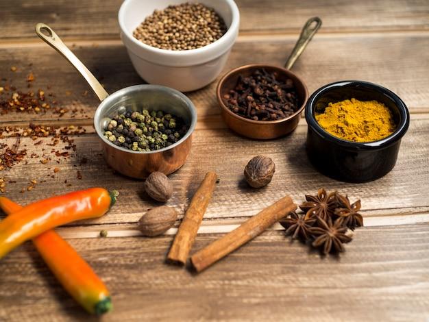 Especiarias aromáticas perto de containes