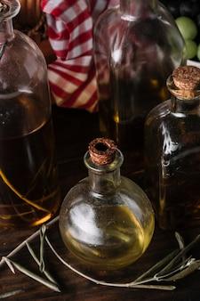 Especiarias aromáticas perto de óleos