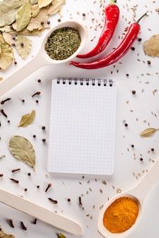 Especiarias, caderno, pimenta vermelha