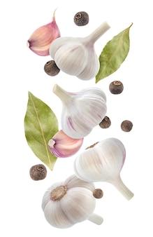 Especiarias caindo isoladas no branco