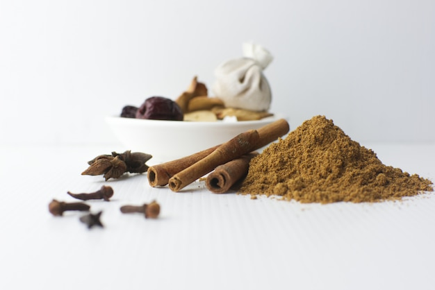 Especiarias, canela, canela em pó, syzygium aromaticum, illicium verum, cardamomo e especiarias no prato