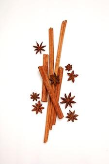 Especiarias conjunto de erva tailandesa, canela e anis estrelado em fundo branco