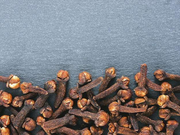 Especiarias de cravo em ardósia cinza