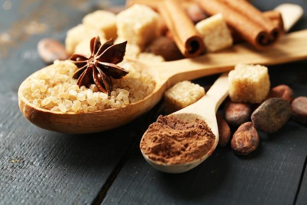 Especiarias de natal e ingredientes de panificação na superfície de madeira colorida