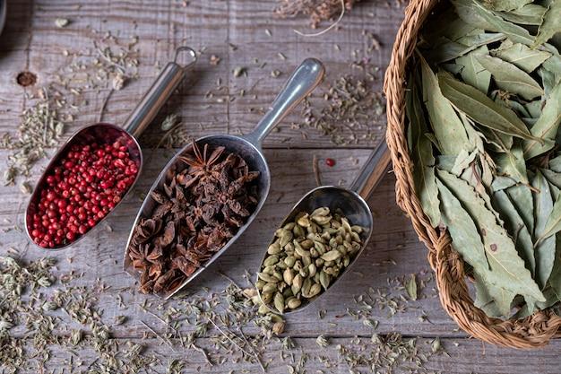 Especiarias diferentes de cores exóticas, vistas de cima na placa de madeira