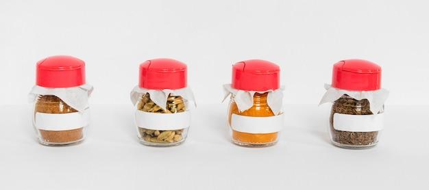Especiarias diferentes em frascos rotulados