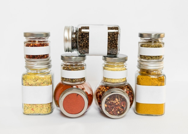 Especiarias diferentes em potes