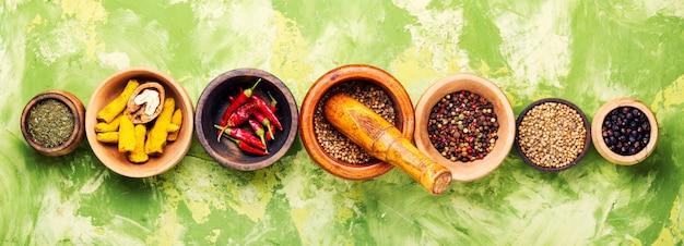 Especiarias diferentes em taças na mesa