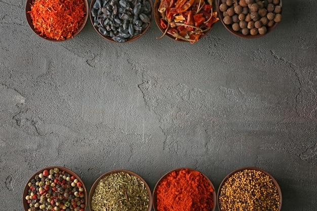Especiarias diferentes em tigelas na mesa
