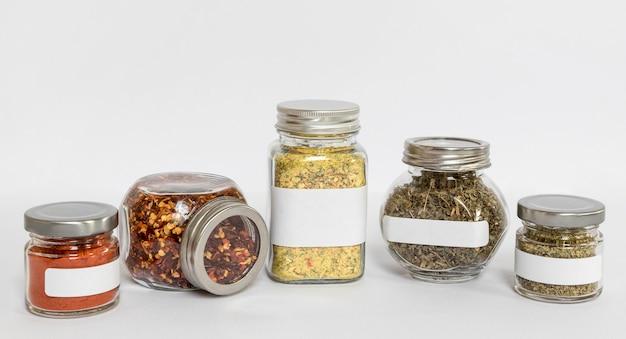 Especiarias diferentes na composição de potes rotulados