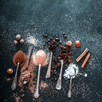 Especiarias doces em colheres