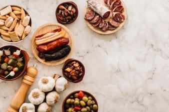 Especiarias e alimentos variados na mesa de mármore