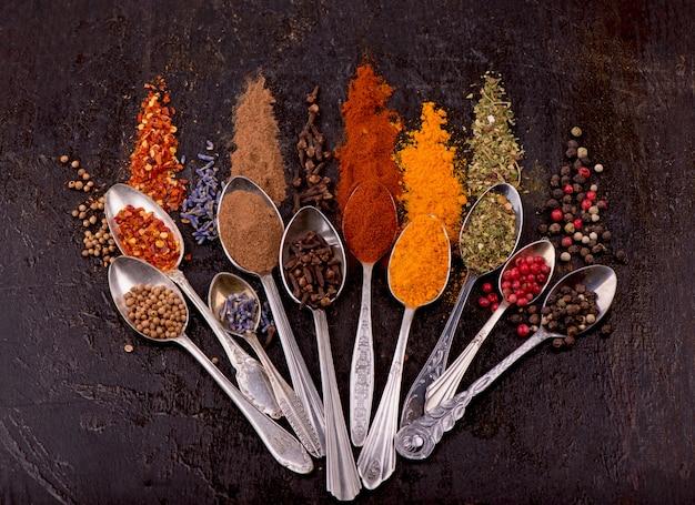 Especiarias e condimentos para cozinhar em um fundo preto.