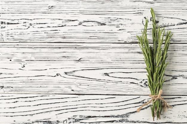 Especiarias e ervas. alecrim de fundo em uma tabela