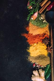Especiarias e ervas em um fundo escuro
