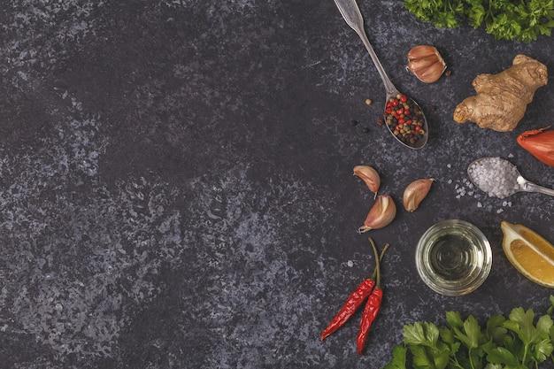 Especiarias e ervas em uma mesa de pedra
