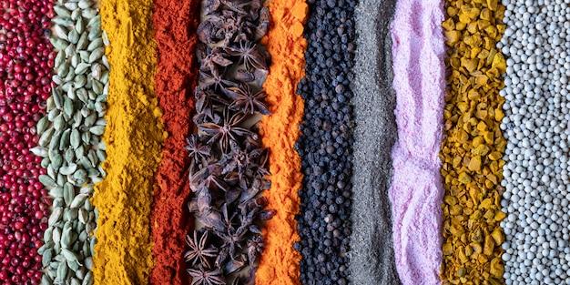 Especiarias e ervas indianas de cores diferentes como a. condimentos de textura para o cabeçalho da página da web