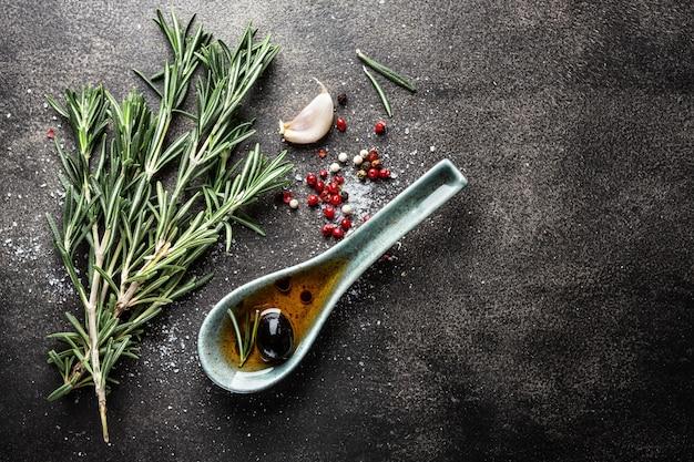 Especiarias e ervas na mesa escura