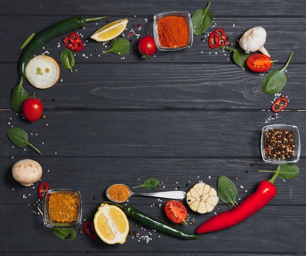Especiarias e ervas sobre fundo de madeira, conceito saudável ou culinária.