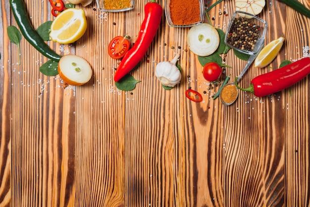 Especiarias e ervas sobre o conceito saudável ou culinária de superfície de madeira.